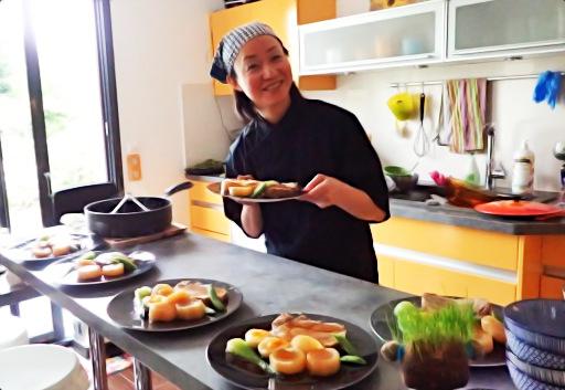Yumiko Nakamura lors d'une prestation de chef à domicile